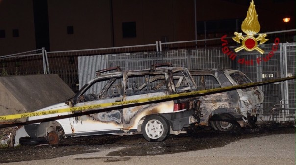 L'auto carbonizzata a Pontedera