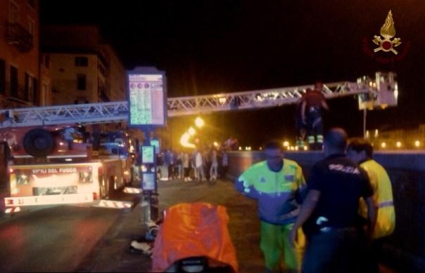 L'intervento di soccorso sul lungarno a Pisa
