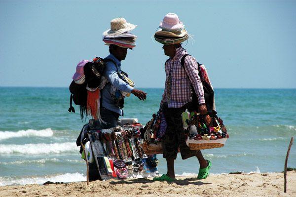venditori abusivi sulla spiaggia
