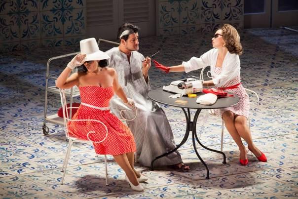 Omar Montanari (Don Alfonso) con Carmela Remigio (Fiordiligi) e Anna Goryachova (Dorabella) nel Così fan tutte © Pietro Paolini - TerraProject - Contrasto