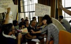 Pisa: i bancarellai contestano il Sindaco Filippeschi, protetto e portato via dagli agenti della Digos