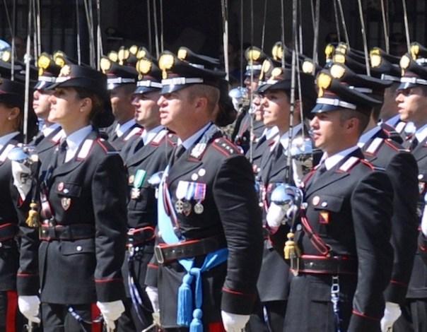 Il capitano Alessandro Casario (al centro con la sciarpa azzurra) durante una cerimonia alla Scuola Marescialli