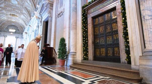 Giubileo, Papa Francesco di fronte alla Porta Santa di San Pietro  (dal sito Iubilaeummisericordiae.va)
