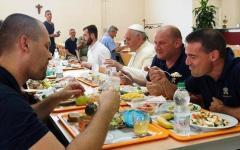Papa Francesco a Firenze, pranzo alla mensa dei poveri: menu con ribollita nel piatto di plastica e acqua di rubinetto