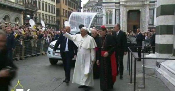 Papa Francesco in piazza Duomo a Firenze
