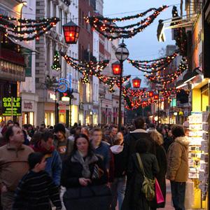 Una strada affollata per lo shopping natalizio