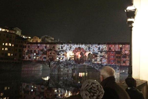 Il Ponte Vecchio illuminato da giochi di luce (foto Twitter @DarioNardella)