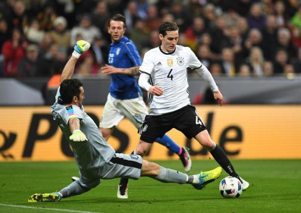Buffon tenta un'uscita disperata su Rudy: l'Italia è stata travolta