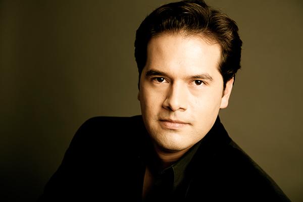 Il giovane direttore d'orchestra texano Robert Trevino