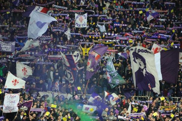I tifosi della Fiorentina prima dell'inizio di Fiorentina-Verona allo stadio Franchi, Firenze, 20 aprile 2015. ANSA/ MAURIZIO DEGL'INNOCENTI