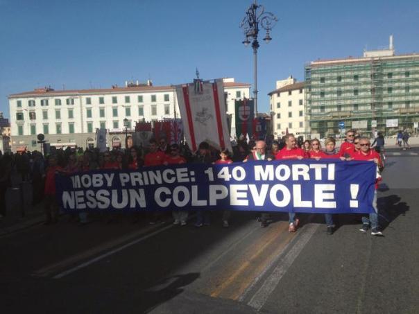 Un momento della dimostrazione per il 25/o anniversario della collisione tra il Moby Prince e la petroliera Agip Abruzzo nella rada del porto che provocò la morte di 140 persone a Livorno, 10 aprile 2016. ANSA/Gabriele Masiero