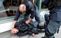 Brennero: battaglia fra anarchici, black block e Forze dell'ordine al confine. Un poliziotto ferito, il paese devastato (video)