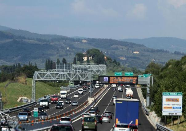 Il traffico nel tratto Fiorentino dell' autostrada del Sole A1 durante il primo fine settimana di vacanze estive, Firenze, 1 agosto 2014. ANSA/CLAUDIO GIOVANNINI