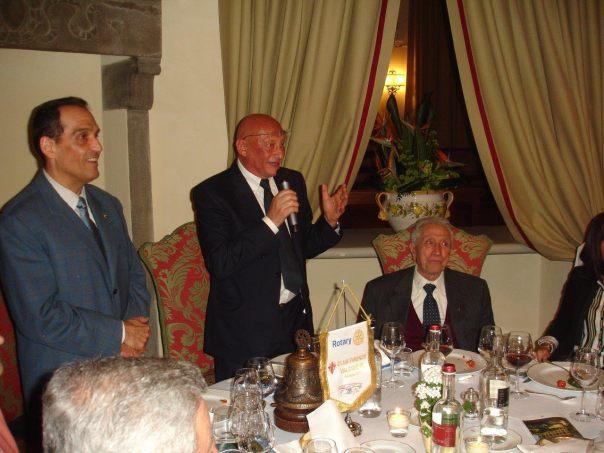 Il presidente del Rotary Firenze Valdisieve, Livio Brighenti, Sandro Bennucci e il mitico Narciso Parigi