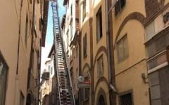 Lucca: tegola cade in via San Giorgio nel centro della città; nessun ferito, strada chiusa