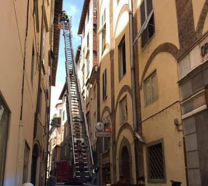Tegola cade in strada a Lucca