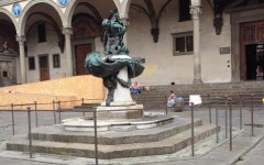 Firenze, degrado: il bucato in Piazza Santissima Annunziata, accanto alla fontana del Tacca