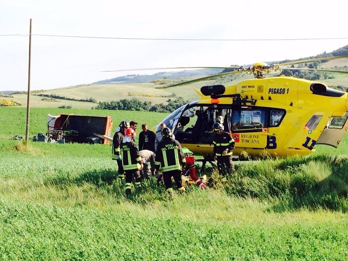Furgone finisce fuori strada a Volterra, tre feriti - Vigili del fuoco elicottero 118 elisoccorso