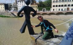 Firenze: L'uomo comune di Clet tolto dalla spalletta del Ponte alle Grazie