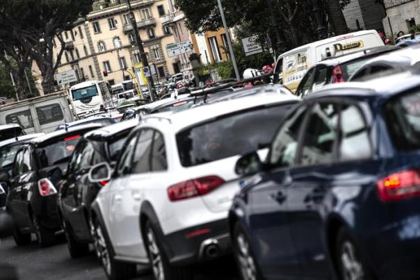 Sos negozianti centro Roma, maxi-ingorgo per manifestazione