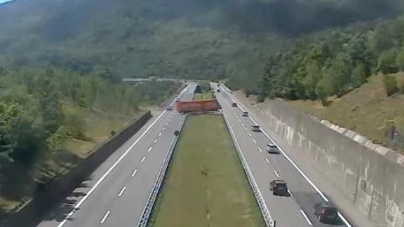 Camionista fa inversione di marcia in autostrada, denunciato