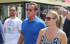 Pisa: Arnold Schwarzenegger turista in piazza dei Miracoli. Davanti alla Torre