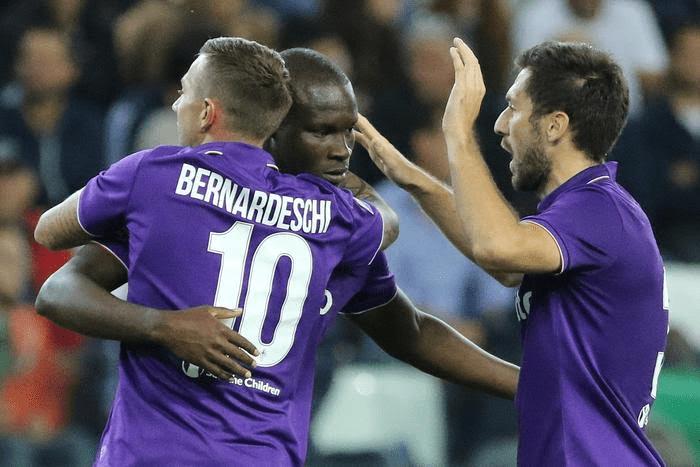 Bernardeschi abbraccia Babacar dopo il gol del centravanti, di tacco, a Udine