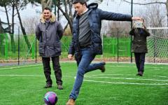 Hangzhou G20: Renzi cade rovinosamente in barca con i grandi per dare un calcio a un pesce