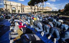 Roma: musulmani pregano per protesta intorno al Colosseo. Contro la chiusura di moschee abusive