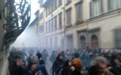 Firenze, Leopolda:  dopo gli scontri 12 agenti feriti, un contestatore arrestato. Il Governatore Rossi, in generale le manifestazioni non va...