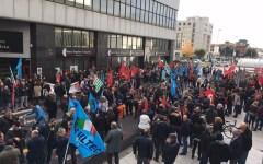 Prato: sciopero nazionale di 400 lavoratori del settore tessile. Manifestazione davanti al Palazzo dell' Industria