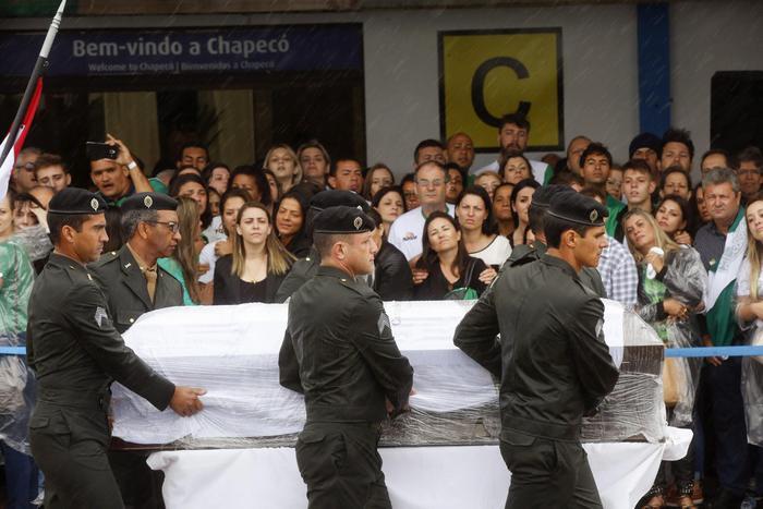 Colombia, le salme rientrano in Brasile: la cerimonia allo stadio della Chape