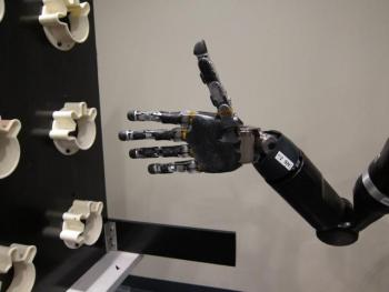 Brazo robótico con el poder de la mente