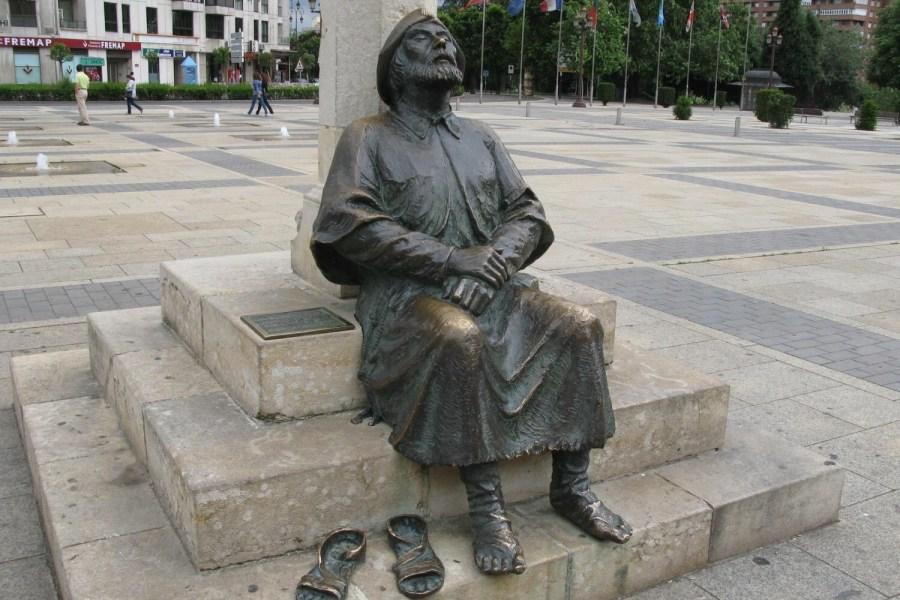 Estatua_de_un_peregrino_descansando_con_los_pies_descalzos