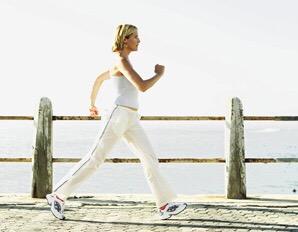 Mujer_haciendo_power_Walking_al_pie_de_la_playa