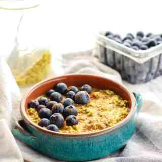 Easy Golden Milk Overnight Oats. Vegan-friendly with anti-inflammatory properties! A super healthy grab-n-go breakfast.