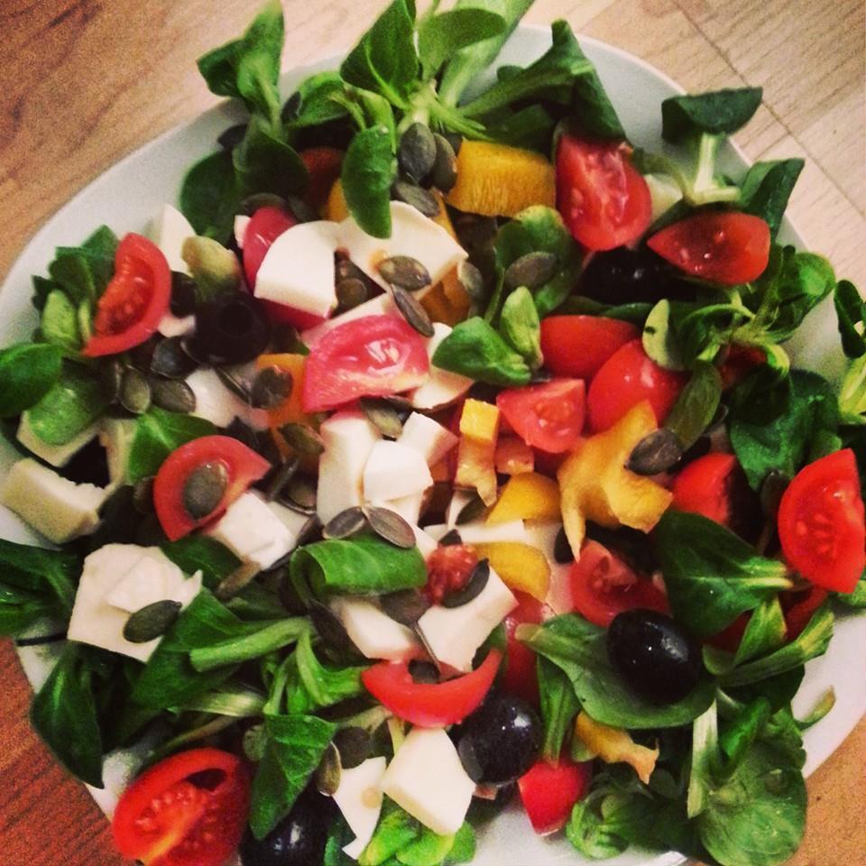 Kerniger Tomaten-Paprika-Mozzarella-Salat