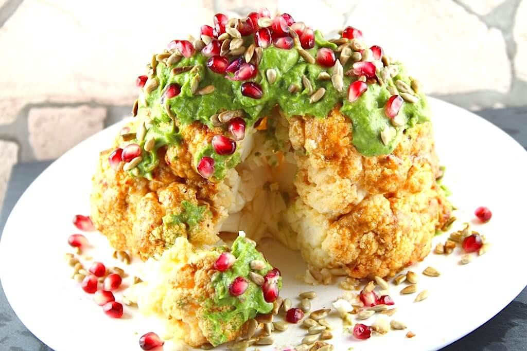Gerösteter Blumenkohl mit Avocado und Granatapfelkernen