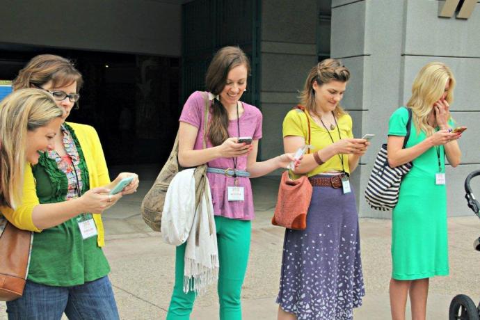 bloggers on phones -jess