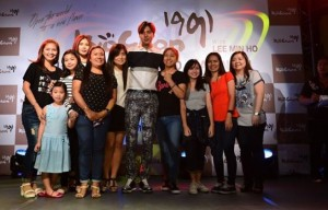 Min Ho with the lucky winners of the Kyochon contest