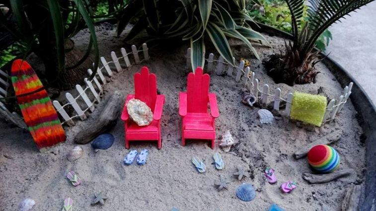 Beach garden detail....the flip-flops are buttons!