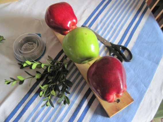 Gather apples, wire and greenery