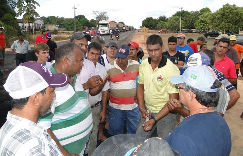 Comunitários reunidos na rodovia BR-163