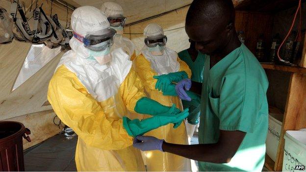 140805013335_tratamento_ebola_afp