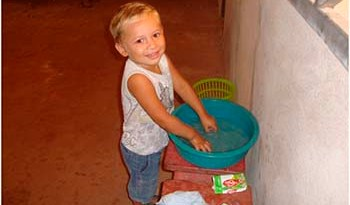 Mães-e-cuidadores-devem-incentivar-crianças-a-lavar-as-mãos