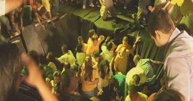 Simão Jatene estava em palco que cedeu durante comício em Castanhal.  (Foto: Reprodução/TV Liberal)