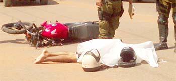 Vítima-e-motocicleta-jogados-ao-chão