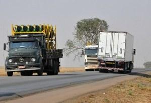 Por dia, cerca de 70 mil veículos trafegam pela BR-163 em MT. (Foto: Leandro J. Nascimento/G1) Transporte de grãos na BR-163  (Foto: Leandro J. Nascimento/G1)