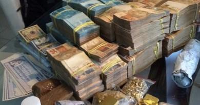Dinheiro e barras de ouro foram apreendidos com empresário (Foto: Assessoria/ PF)