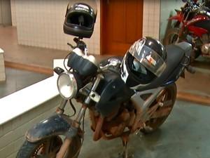 Moto era utilizada em assaltos pela cidade (Foto: Reprodução TV Tapajós) Policial afastado foi preso suspeito de fazer assaltos  de moto pela cidade (Foto: Reprodução TV Tapajós)
